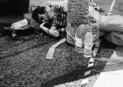 Nel corso dell'ultimo decennio è stato costruito l'equivalente di una nuova casa per ogni persona appena nata nel paese. La cosiddetta bolla immobiliare e il modello economico basato su di esso hanno aggravato la crisi economica globale in Spagna, producendo un tasso di disoccupazione del 27% (43% tra i giovani) e un tasso di povertà del 21%. Questo è il contesto in cui un nuovo movimento sociale è riuscito a mobilitare un sacco di persone contro gli sfratti, ad attirare un ampio sostegno sociale costituendosi in  una continua sfida allo stato.