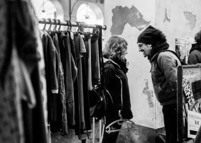 Eleonora e Gianfranco scherzano durante il lavoro.