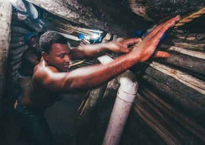 La scarsa consistenza generale della roccia, che a tratti è anche intrisa d'acqua, obbliga i minatori a rivestire i pozzi e le gallerie per ridurre il rischio di crolli. Il legname utilizzato per questo scopo, seppur resistente all'umidità, dura mediamente 2/3 anni dopo di che va sostituito. La sostituzione è in genere affidata ad una figura specializzata: il mastro costruttore che calandosi ed esponendosi a grossi rischi smonta due/tre metri alla volta partendo dal basso e ricostruisce partendo dall'alto. Il rivestimento, specialmente nei tratti verticali, ha doppia funzione: di supporto alla roccia e di permettere la salita e discesa dei minatori in quanto offre abbondanti appigli e appoggi.