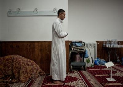 006 Un uomo durante l'ultima preghiera rituale della giornata. Moschea Omar Ibn Al-Khattab