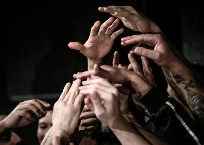 """È stato riscontrato che la presenza di attività culturali e scolastiche permettono una migliore integrazione interetnica. Presso la struttura di Saluzzo si trovano i laboratori di sartoria, cineforum e di scrittura creativa. Un bellissimo esempio di integrazione all'interno delle carceri è il giornale """"Ristretti orizzonti"""" la cui redazione è composta da elementi di diversa cultura e credo."""