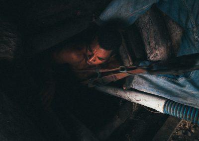 Anche se a pochi chilometri di distanza dalla miniera esiste un modernissimo e grande parco eolico (Parque Eólico Los Cocos) la rete elettrica della zona (ma come di tutta la Repubblica Dominicana) è sovraccarica e traballante: continui blackout e giornate intere senza luce. Sarebbe mortale per i minatori affidare l'approvvigionamento elettrico alla rete locale che comunque ancora non è arrivata fino alla miniera. Il fabbisogno elettrico è quindi fornito dalla cooperativa mediante grossi generatori diesel che tuttavia non coprono la richiesta... tutto ciò che si può fare a mano lo si fa a mano compreso sollevare/spostare il materiale cavato.