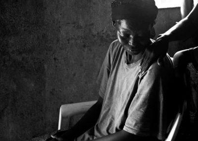 Una madre piange il proprio figlio ucciso durante gli scontri.