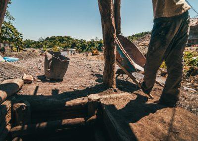 L'investimento minimo richiesto per l'installazione di una miniera si aggira sui 5.000.000 di pesos che corrispondono circa a 90.000€. In questa cifra sono comprese le attrezzature e il lavoro di 15 minatori per 6 mesi. Con un po' di fortuna dopo 6 mesi appunto si suppone di incontrare una vena di Larimar; non vi è però alcuna garanzia di recuperare l'investimento e l'incertezza che a volte si legge sui volti dei minatori la dice lunga sulla precarietà del loro lavoro. Lo stipendio di un minatore si compone di una parte fissa e di una parte corrispondente alla quantità e qualità del Larimar estratto.