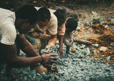 L'estrazione del Larimar viene svolta con tecnologie antiquate e basa il suo successo sul caso: non si ragiona su grossi quantitativi di roccia cavata dalla quale si può ragionevolmente pensare di ricavare tot grammi di minerale utile. Sul fondo di ogni miniera si procede cavando pochi decimetri di roccia al giorno. Si spera quindi di incrociare ricche vene da seguire. I minatori, specie i più giovani, tentano spesso nel loro tempo libero di arrotondare la paga giornaliera rovistando fra gli scarti di estrazione delle miniere più produttive nella speranza di scovare piccoli frammenti di Larimar scappati al setaccio.