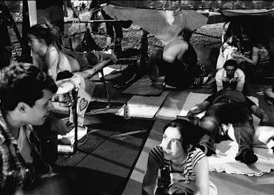 """""""Non ce ne andiamo ,ci espandiamo"""". Mentre Plaza Catalunya viene sgomberata a suon di manganelli, idranti e pallottole di gomma a Madrid il Movimento riuscirà a permanere fino al 12 di Giugno, giorno nel quale l'assemblea dopo aver occupato la piazza per 28 giorni, decide di liberarla volontariamente e """" No nos vamos, nos expandimos"""" è il motto di quella giornata."""