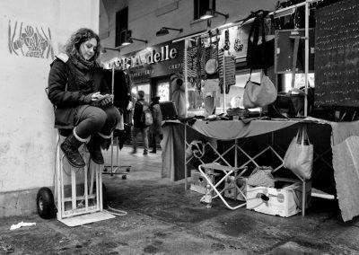Eleonora in attesa di clienti dietro il proprio banco.