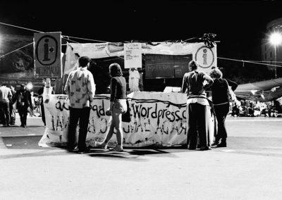La piazza funge da quartier generale con disseminate diverse commissioni: comunicazione e stampa, attivitá e azione, contenuti, estensione (per portare la protesta fuori dalla piazza), cucina, infrastruttura, relazioni internazionali, economia. Ognuna lavora in modo separato, con discussioni in piccoli gruppi che preparano le proposte che verranno poi presentate la sera.