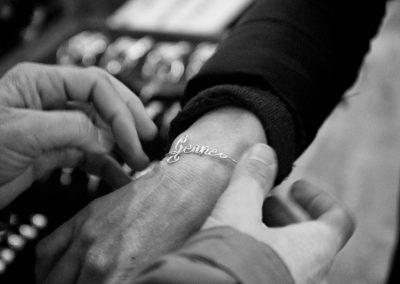 Hemfree fa provare ad una cliente una braccialetto fatto a mano.