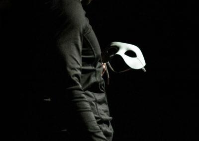 P. parla alla maschera e la maschera gli parla a sua volta, un dialogo senza parole che rappresenta la disgregazione dell'io e il concetto di maschera, l'individualità e la molteplicità. Nelle opere di Pirandello, questi due concetti sono gli elementi portanti ed il parallelismo tra la vita ed il palcoscenico si fa sottile.