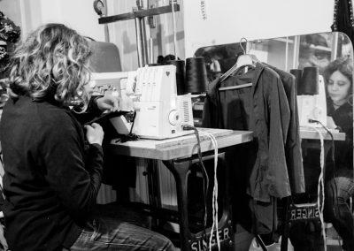 Eleonora con una delle sue macchine da cucire.
